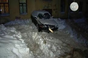 Таинственный снегоуборщик «подвинул» припаркованную машину