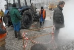 На проспекте КИМа из-за прорыва трубы дом остался без тепла: Фоторепортаж