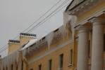 Над петербуржцами нависли сосульки: Фоторепортаж
