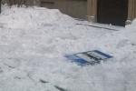 На улице Савушкина льдом вдребезги разбили остановку: Фоторепортаж