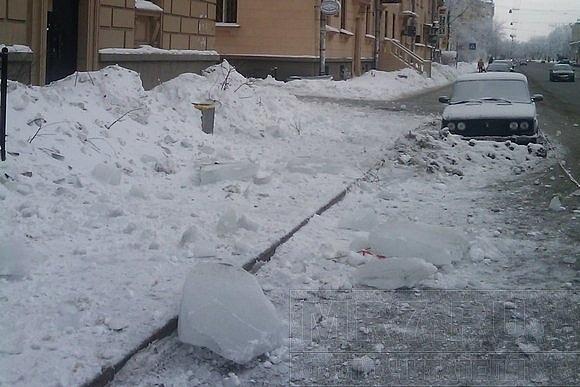 На улице Савушкина льдом вдребезги разбили остановку: Фото