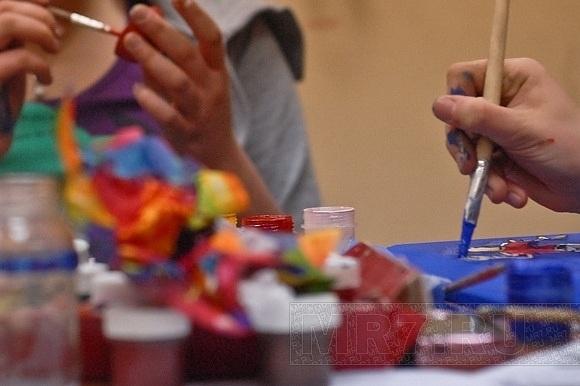 В студии арт-дизайна девушки учатся иллюзиям: Фото