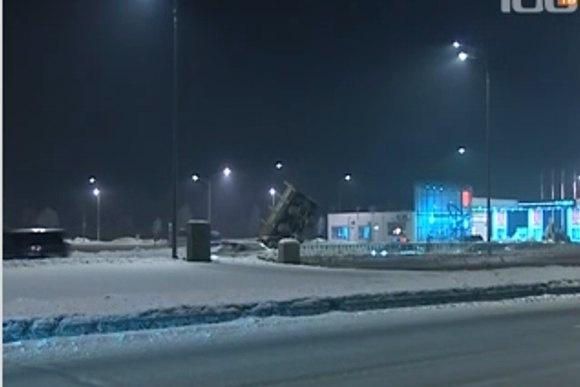 На Пулковском шоссе грузовик повис над дорогой: Фото