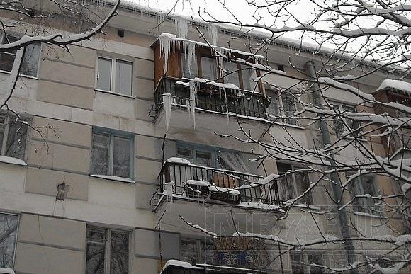 В квартирах на Ленсовета, 32 в Новый год вода по струнам стекала в тазики: Фото