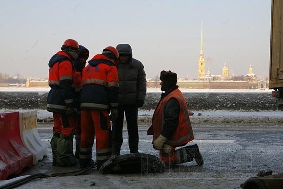 На Дворцовой набережной прорвало пожарный гидрант (ФОТО): Фото