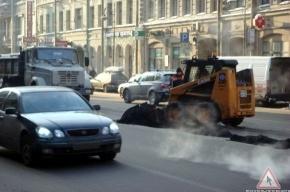 Мороз не помешал дорожникам проводить ямочный ремонт на Литейном