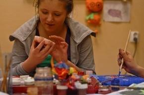 В студии арт-дизайна девушки учатся иллюзиям