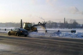 Убранный с набережной снег скидывают в Неву (фото)