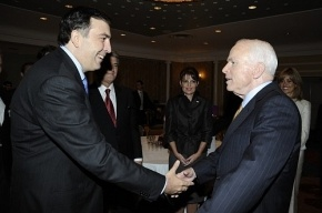 Михаил Саакашвили вернул Джону Маккейну «вьетнамский пистолет»