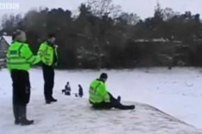 Британским полицейским попало за то, что они катались с горки в рабочее время