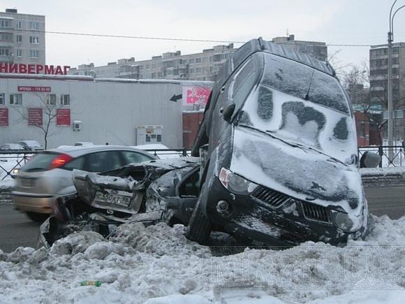 ДТП на Дунайском: внедорожник «взлетел» на крышу легковушки: Фото