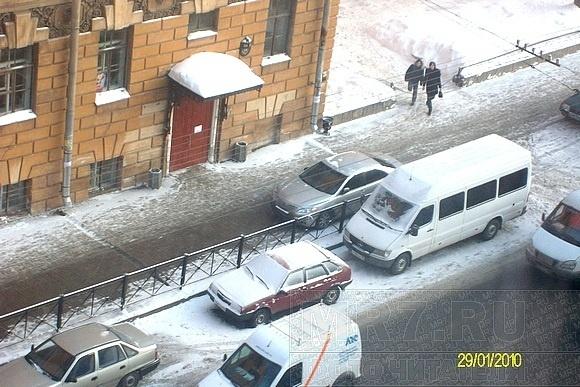На Кирочной улице водителей продолжают пугать «ледовыми бомбежками»: Фото