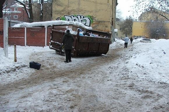 Во дворе на 5-ой линии дворники исчезли как класс: Фото
