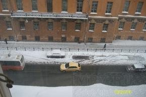 На Кирочной улице водителей продолжают пугать «ледовыми бомбежками»
