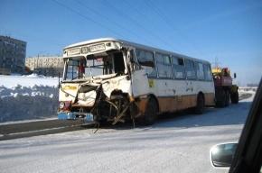В Братске автобус столкнулся с грузовиком, есть пострадавшие