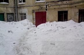 Снег и сосульки на улице Графтио никто не убирает