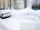 Фоторепортаж: «Жителей микрорайона на Дальневосточном раздражают горы снега, мусор и самосвалы»
