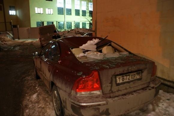Очередная машина стала жертвой льда: Фото