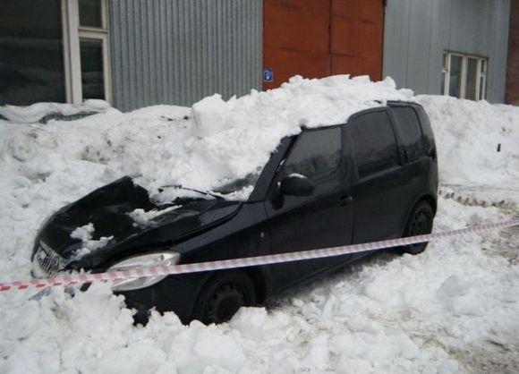 Разбитые глыбами льда автомобили: кто виноват?: Фото