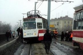 Трамвай на виадуке сошел с рельсов из-за весны