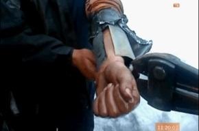 Водитель мусоровоза засунул руку в топливный бак и застрял