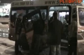 Пассажиры ломают дверь маршрутки. Видео