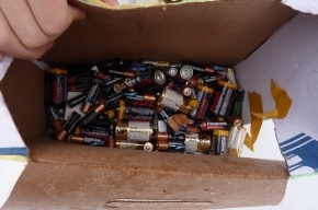Волонтеры-экологи собрали коробку старых батареек