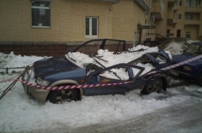 Упавший снег раздавил машину