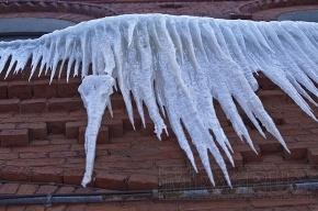 За выходные 45 петербуржцев пострадали от падения с крыш сосулек и снежных глыб