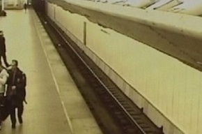 Видео нападения на милиционера в петербургском метро