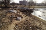 В Муринском парке починили дамбу и устроили помойку: Фоторепортаж