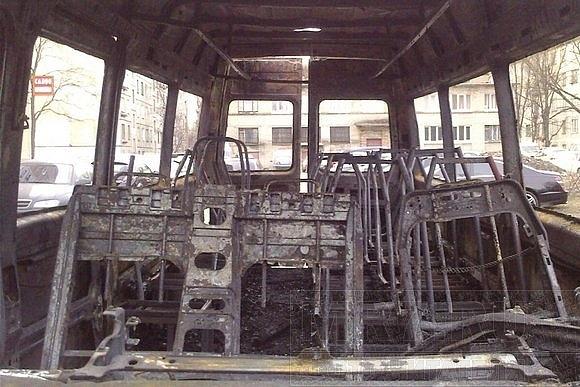 На Народной улице маршрутка сгорела дотла: Фото