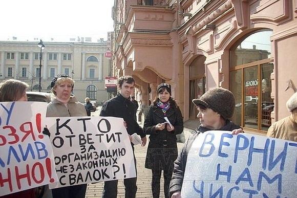 Петербуржцы защищают родные берега, испорченные снежными кучами: Фото