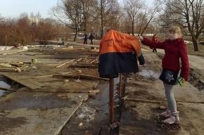 В Муринском парке починили дамбу и устроили помойку