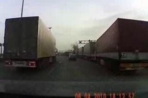 Транспортный коллапс в Петербурге: фуры стоят в живой очереди на улицах города