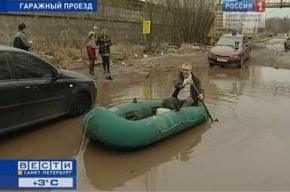 На петербургских улицах открылась навигация: по Гаражному проезду плавали на лодке