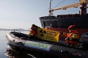 Активисты Гринпис встретили судно с радиоактивными отходами
