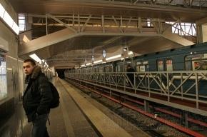 На рельсы в метро упал человек