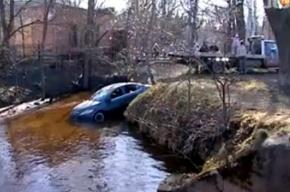 Водитель «Форда» не заметил, как оказался в воде