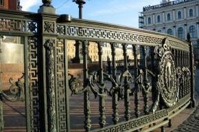 На реконструкцию разбитой ограды на Исаакиевской площади уйдет полмиллиона рублей
