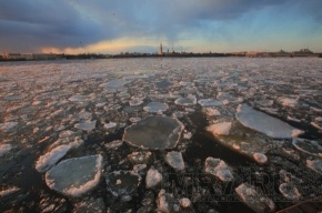 На реках и каналах раскололи лед
