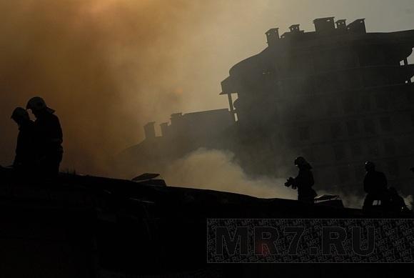Виновники пожара на Бадаевских складах скрылись: Фото