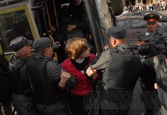 На Сенатской площади задержан человек с плакатом «Запрещено запрещать»: Фото
