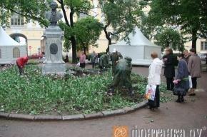 Сотрудники ЖКХ выкопали тюльпаны у памятника Ломоносову