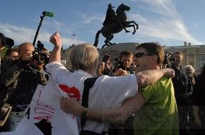 На Сенатской площади задержан человек с плакатом «Запрещено запрещать»