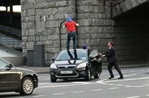 Задержан человек, прыгнувший на машину с мигалкой