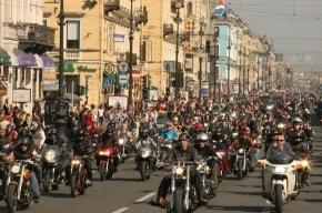 Мотоколонна из 2000 байкеров движется к центру города