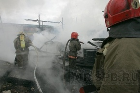 На шоссе Революции горит склад