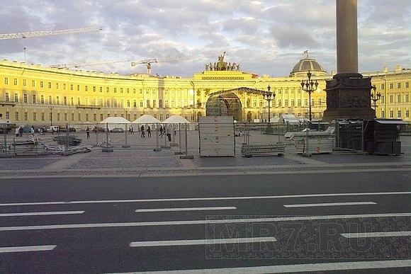 В преддверии «Алых парусов» на Дворцовой поставили пивной шатер: Фото