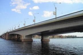 Движение по мосту Александра Невского перекрыли